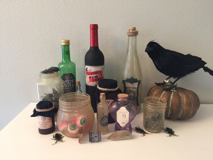 DIY Potion Bottles, DIY halloween decorations, dirty jars tutorial, witch's jars
